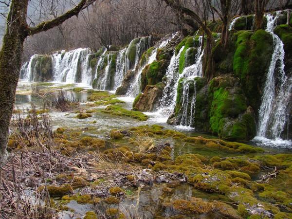 El Valle de Jiuzhaigou esconde cascadas, ríos y lagos entre sus bosques