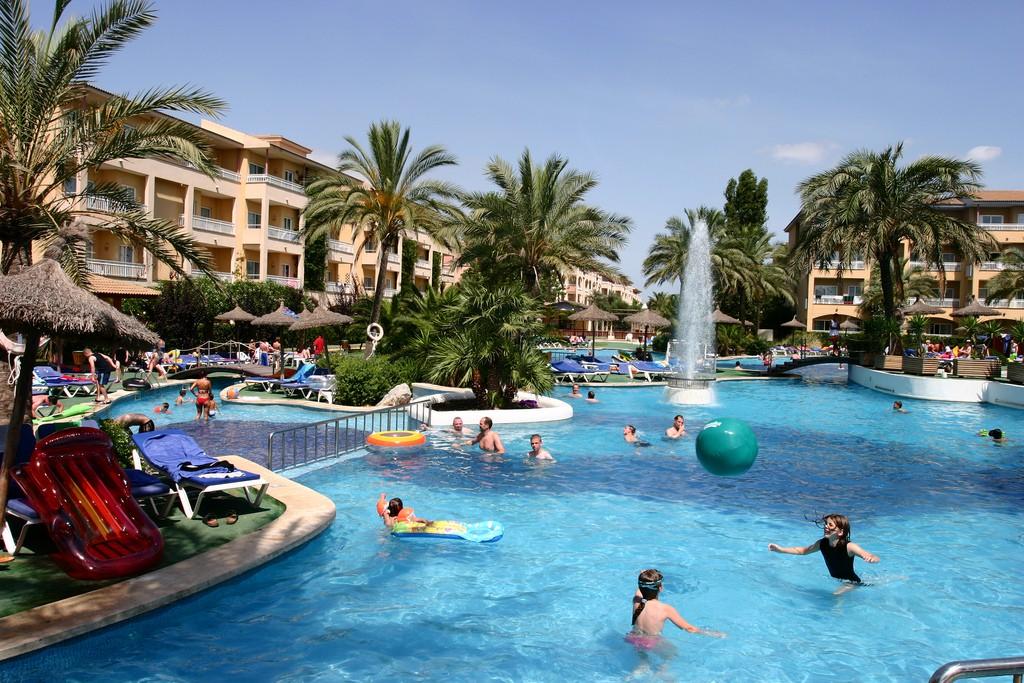 Espa a cuenta con un gran n mero de hoteles familiares for Hoteles para familias en la playa