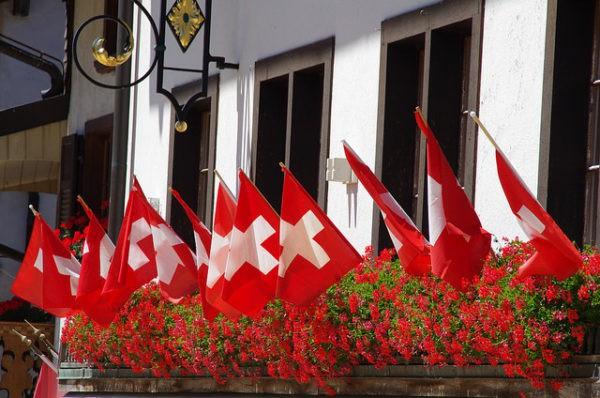 Banderas de Suiza en un balcón en un día de fiesta nacional