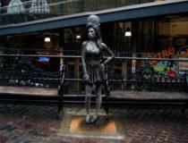 Ocho estatuas de leyendas de la música