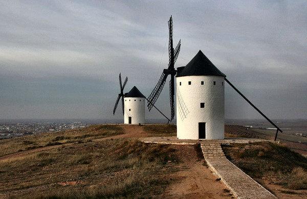 Típicos molinos de viento manchegos en Alcázar de San Juan