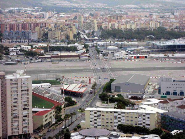 El Aeropuerto de Gibraltar cruza la avenida principal de la ciudad