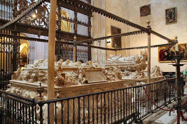Interior de la Capilla Real, con los sepulcros de los Reyes Católicos