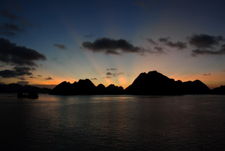 Puesta de sol en la Bahía de Ha Long, una de las maravillas naturales del mundo