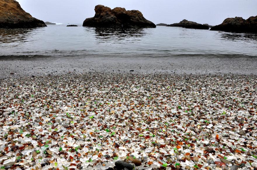 En Mendocino, California, hay otra playa llena de cristales en la arena