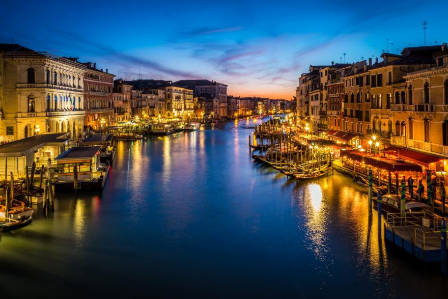 Preciosa vista nocturna de Venecia