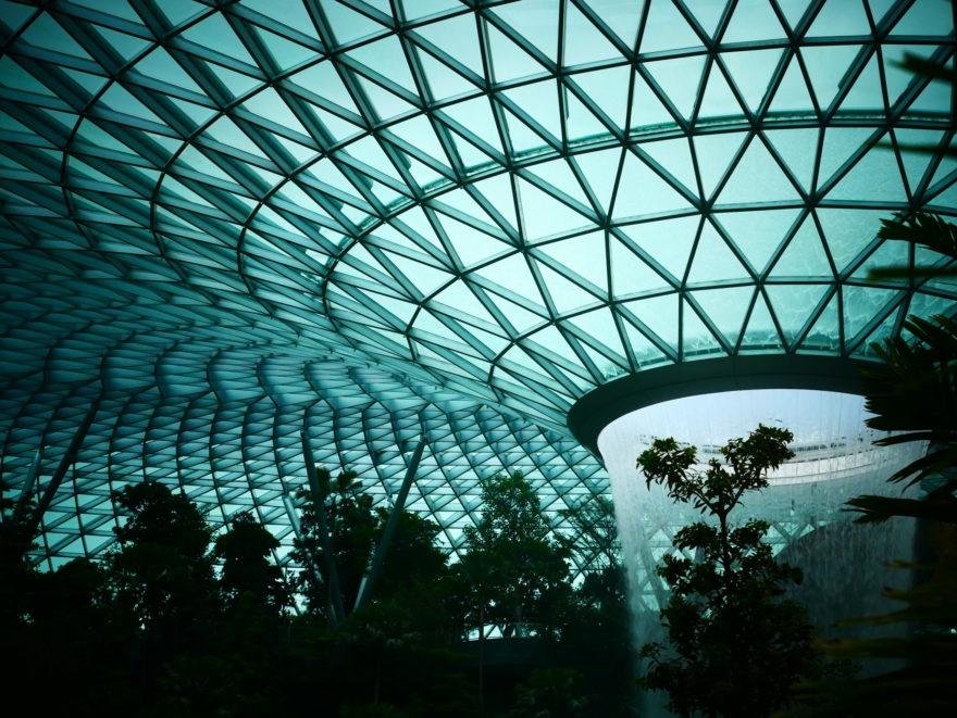El aeropuerto de Singapur inauguró la cascada interior más grande del mundo