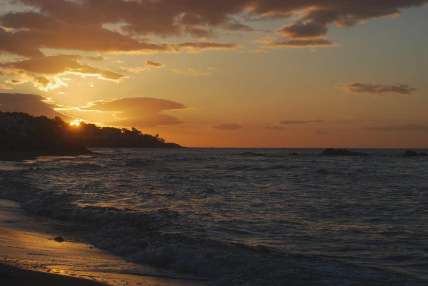 Amanecer en la Playa de Calahonda, en la Costa Tropical