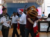 Activistas de la Fundación de Software Libre protestan en una tienda de Microsoft