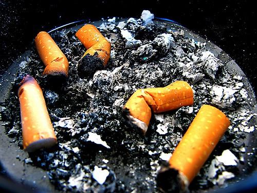 Cenicero lleno de cigarros