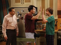 Charlie Sheen se ofrece a pagar al equipo de Dos hombres y medio durante su rehabilitación