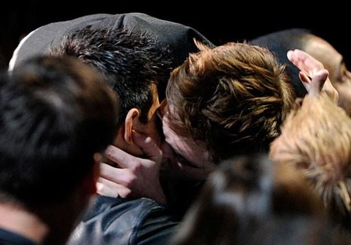 Robert Pattinson y Taylor Lautner se besan