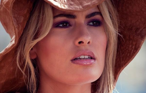Adriana Abenia posa como modelo