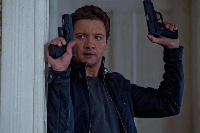 El legado de Bourne lidera, El secreto de Adam baja y máximo para First dates