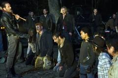 El brutal comienzo de la séptima temporada The Walking Dead no defrauda