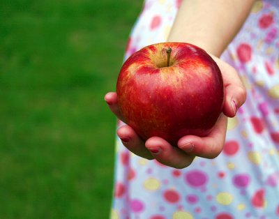 niño comiendo manzana