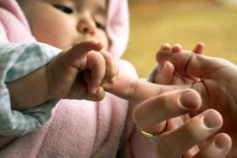 Una madre dona parte de su hígado a su hija de 8 meses
