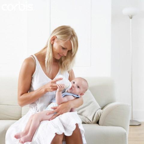 Las madres que dan el biberón se sienten presionadas y mal atendidas