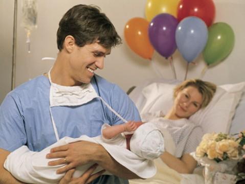 papas que acompañan en el momento del parto