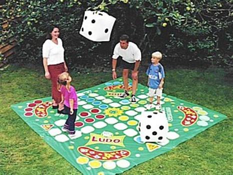 Un parchís gigante para jugar con los niños al aire libre