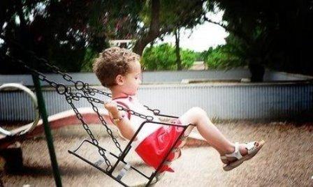 niños que se balancean o se dan cabezazos