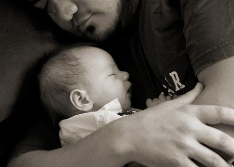 Papá tiene celos de bebé