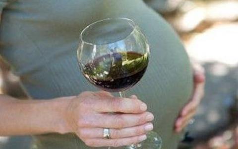 Un 25 por ciento de embarazadas españolas bebe alcohol