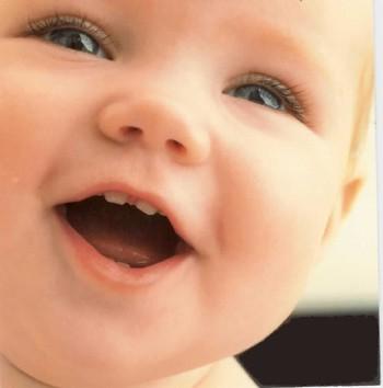 La cara de un bebé despierta la felicidad femenina