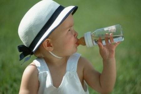 un estudio demuestra que los españoles no sabemos elegir la hidratacion para el bebe