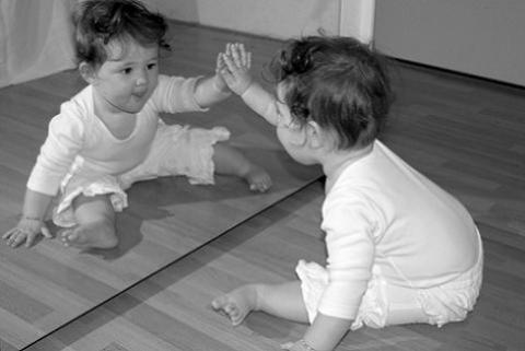 Los beb s y los espejos for Espejos redondos en la pared