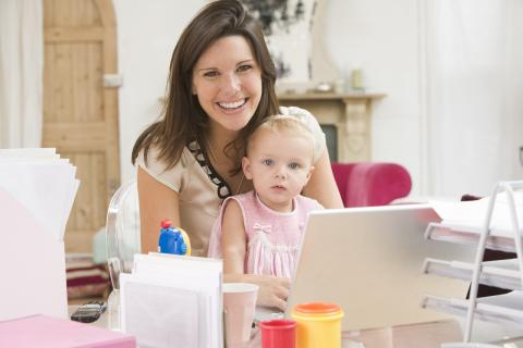 Amanantar a un bebé seis meses es incompatible con una baja laboral de cuatro