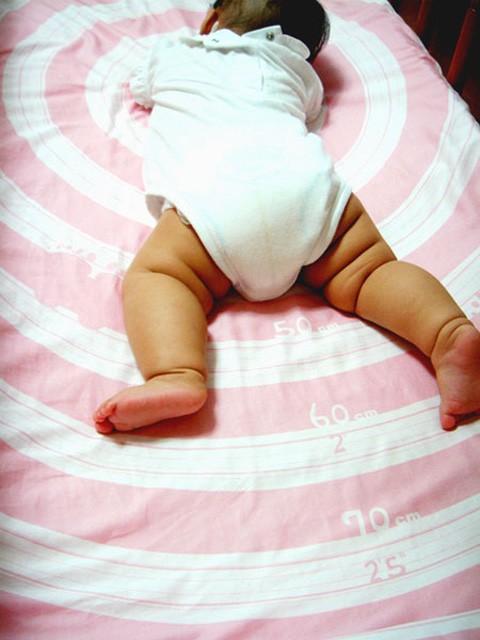 Nuevo invento, una sábana pensada para medir al bebé