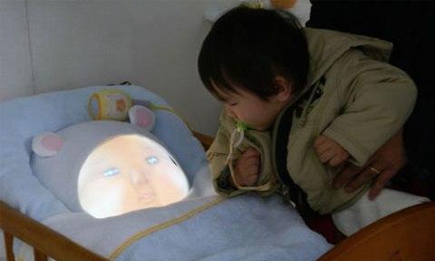 un bebe robot para padres primerizos