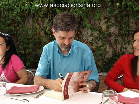Carlos González publica su último libro: Entre tu pediatra y tú