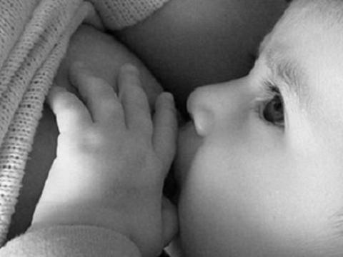 Las mujeres que amamantan a sus hijos hasta pasados los seis meses, sufrirían cánceres de mama más agresivos