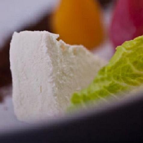 El chef Daniel Angerer elabora queso de leche materna