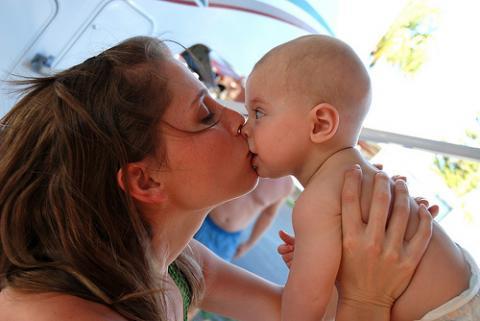 Se puede besar a un bebé en la boca…