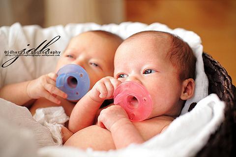 Dos gemelos nacen con siete días de diferencia