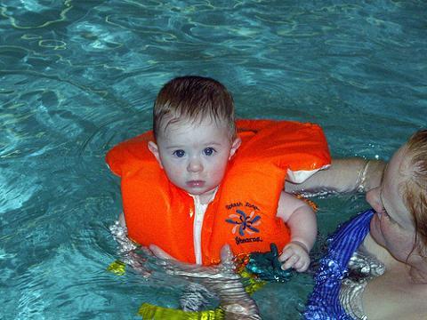 Las clases de natación pueden evitar el ahogamiento en bebés que aprenden a caminar
