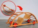 Un juguete que es un coche de ruedas y un balancín