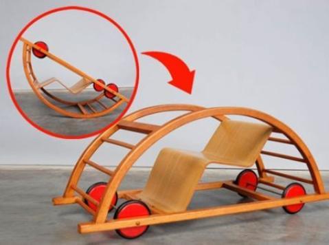 un juguete que es un coche de ruedas y un balancin