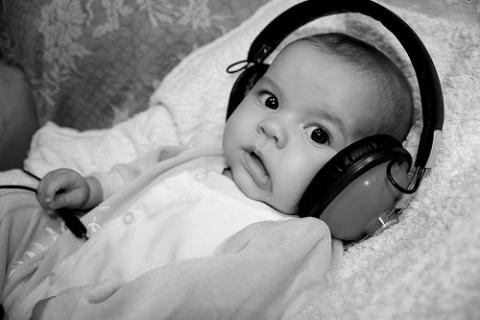 Sus sentidos entre el primer y tercer mes: el oído