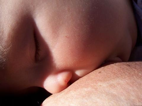La lactancia materna beneficia a la madre que sufrió cancer de niña