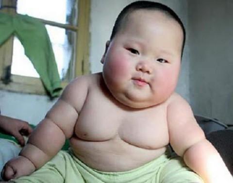 La introducción temprana de alimentos sólidos puede causar obesidad en el bebé