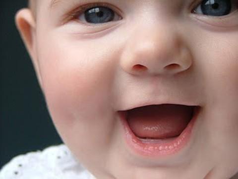 Un bebé se ríe de los reveses de la vida