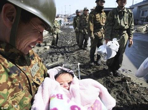 Un bebé de 4 meses sobrevive 3 días en los escombros de Japón
