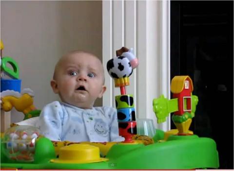 El bebé Emerson ríe y se asusta a partes iguales