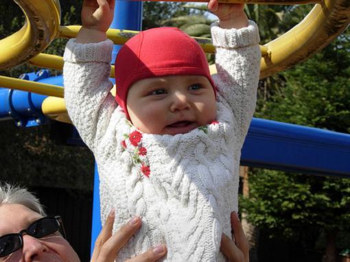 Niños excesivamente protegidos en los parques