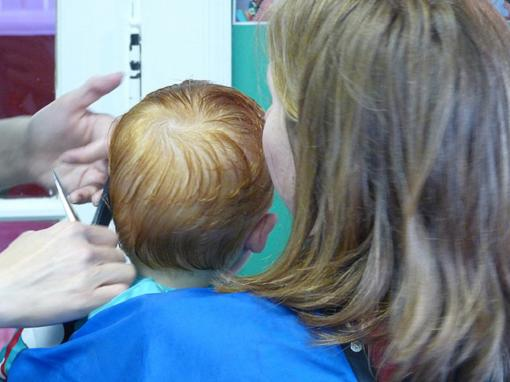 Sepelin corta el pelo a los peques en el cole