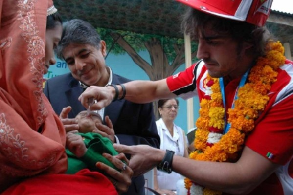 Fernando Alonso vacuna niños en la India
